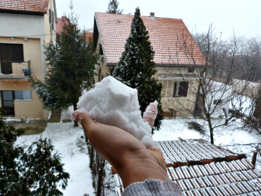belgrado-sneeuw-handvol